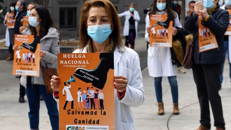 Quelques dizaines de médecins se sont rassemblés mardi 27 octobre 2020 devant le Parlement espagnol de Madrid pour demander plus de considération des autorités. (PIERRE-PHILIPPE MARCOU / AFP)