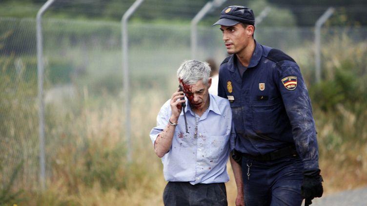 Ce blessé escorté après le déraillement du train à grande vitesse à Saint-Jacques-de-Compostelle (Espagne) le 24 juillet 2013, est présénté par El Pais comme étant le conducteur, Francisco José Garzón. (OSCAR CORRAL / REUTERS)