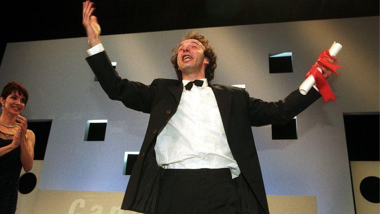 """Le réalisateur italien Roberto Benigniremporte le grand prix du festival de Cannes en 1998 pour """"La Vie est belle"""". (POOL BENAINOUS/DUCLOS / GAMMA-RAPHO)"""
