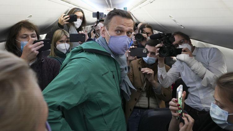 L'opposant politique russe Alexeï Navalny dans l'avion en direction de Moscou, à Berlin (Allemagne), le 16 janvier 2021. (MSTYSLAV CHERNOV / AP)