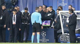 L'arbitre Damir Skomina (en bleu) fait appel à l'asistance vidéo tandis que Neymar se tient au bord du terrain lors du match retour entre PSG et Manchester United en 8es de finale de Ligue des champions, le 6 mars 2019. (J.E.E / SIPA)