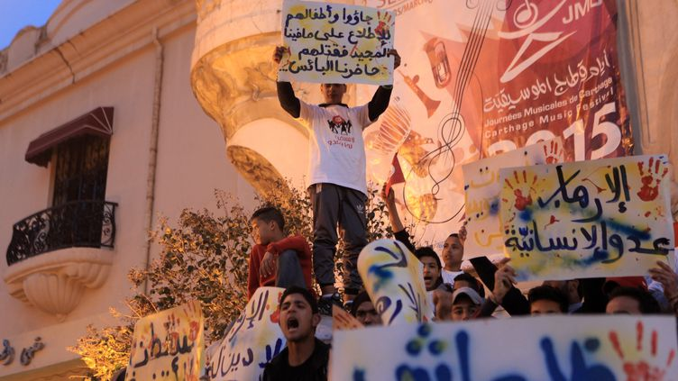 Des manifestants protestent devant le théâtre national de Tunis, après l'attaque contre le musée national du Bardo, le 18 mars 2015. (YASSINE GAIDI / ANADOLU AGENCY / AFP)