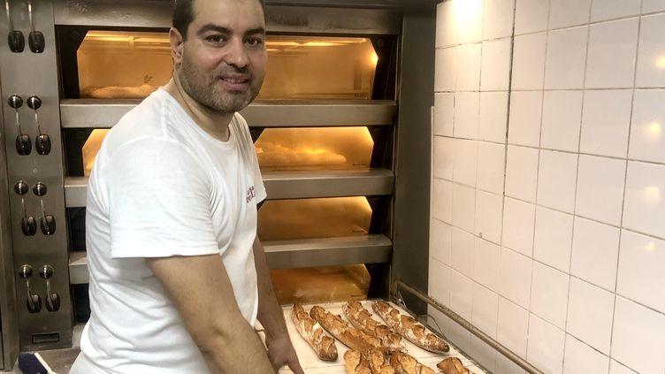 """Makram Akrout a remporté la meilleure baguette de Paris 2021. Le gérant de la boulangerie """"Les boulangers de Reuilly"""" dans le 12e arrondissement, fournira l'Élysée pendant un an. (Dimitri Morgado FRANCEINFO)"""