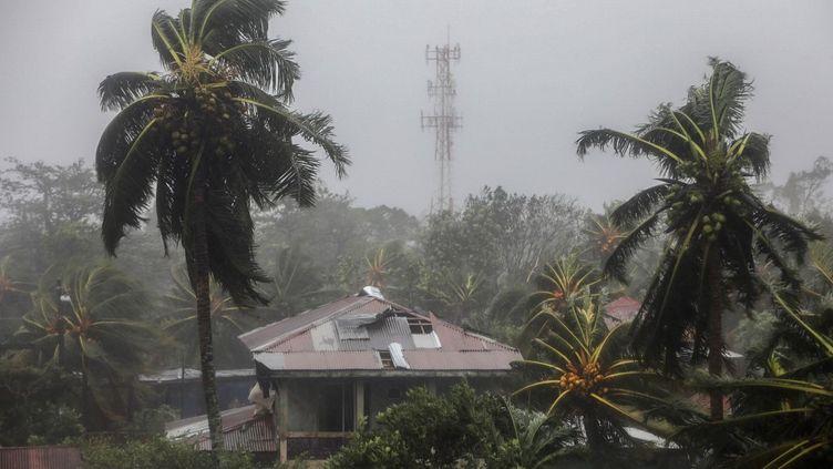 Un toit en partie envolé à cause de l'ouragan Eta, dans la municipalité de Puerto Cabezas (Nicaragua), le 3 novembre 2020. (INTI OCON / AFP)
