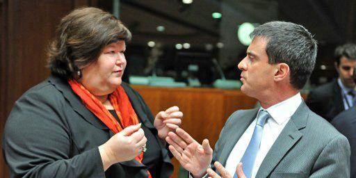 La secrétaire d'Etat belge chargée de l'Asile et de la Migration, Maggie De Block, discute avec le ministre français de l'Intérieur, Manuel Valls, à Bruxelles (5-12-2013). (AFP - Georges Gobet)