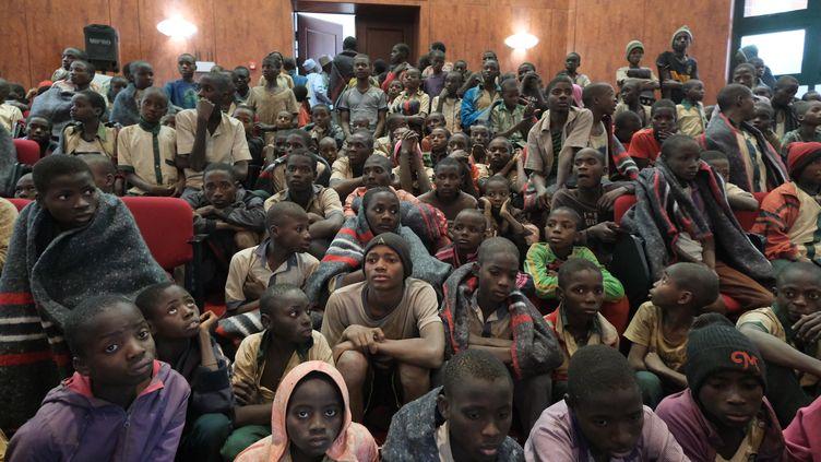 Les lycéens libérés par Boko Haram rassemblés dans un établissement scolaire, vendredi 18 décembre 2020. (KOLA SULAIMON / AFP)