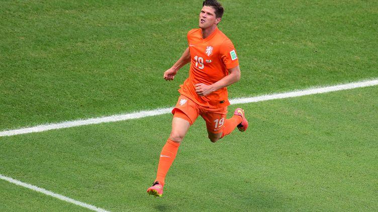 Le Néerlandais Klaas-Jan Huntelaar célèbre son but contre le Mexique, sur un penalty, à Fortaleza (Brésil), en huitièmes de finale de la Coupe du monde, le 29 juin 2014. (JAVIER SORIANO / AFP)