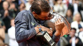 Rafael Nadal va-t-il céder la coupe cette année à Roland Garros, après douze victoires ? (photo d'illustration de la victoire de l'Espagnol en 2019). (PHILIPPE LOPEZ / AFP)