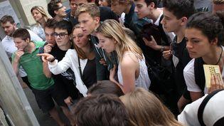Des bacheliers consultent les résultats du bac, le 5 juillet 2016, à Bordeaux. (MAXPPP)