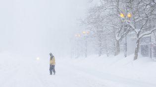 Un homme traverse Boston (Massachusetts) alors que le blizzard s'abat sur la ville et le nord-est des Etats-Unis, le 15 février 2015. ( BRIAN SNYDER / REUTERS )