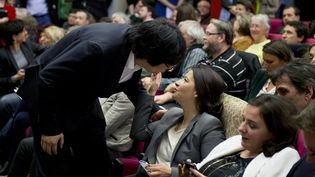 Le président du groupe EELV au Sénat, Jean-Vincent Placé, salue l'ancienne ministreCécile Duflot,le 5 avril 2014, à Paris,lors d'une conférence sur le logement et l'égalité des territoires. (ALAIN JOCARD / AFP)
