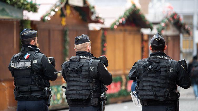 Des gendarmes patrouillent dans le marché de Noël de Strasbourg, le 12 décembre 2018. (SEBASTIAN GOLLNOW / DPA / AFP)