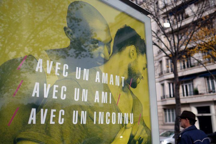L'affiche de prévention du sida du ministère de la Santé à Marseille, le 22 novembre 2016. (BORIS HORVAT / AFP)