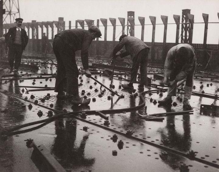 François Kollar, Construction des grands paquebots, rivetage de tôles d'un pont de navire, chantier et ateliers de Saint-Nazaire à Penhoët, 1931-1932, Donation François Kollar  (Médiathèque de l'architecture et du patrimoine, Charenton-le-Pont)