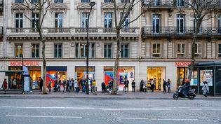 Queue devant une grande surface à Paris en raison de l'épidémie de coronavirus, le 16 mars 2020. (MATHIEU MENARD / HANS LUCAS)