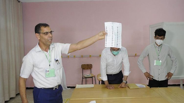 Dépouillement dans un bureau de vote à Alger, le 12 juin 2021. (MOUSAAB ROUIBI / ANADOLU AGENCY)