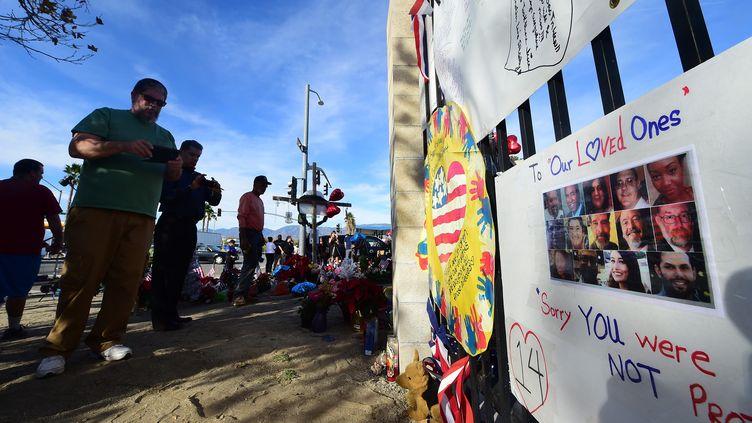 Des Américains rendent hommage aux victimes de la tuerie à San Bernardino (Californie), le 7 décembre 2015. (FREDERIC J. BROWN / AFP)