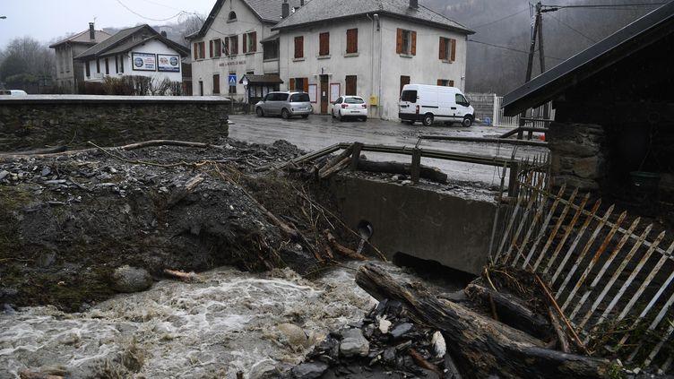 Les rivés dévastées du Salin à Morêtel-de-Mailles (Isère), le 4 janvier 2018, après le passage de la tempête Eleanor. (PHILIPPE DESMAZES / AFP)