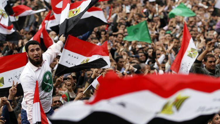 Des milliers d'Egyptiens ont manifesté contre le pouvoir militaire, vendredi 18 novembre 2011, place Tahrir au Caire. (MOHAMED ABD EL GHANY / REUTERS)