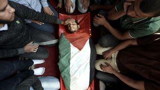 Des proches endeuillés prient pour un Palestinien tué par l'armée israélienne le 14 mai 2018. (ABED ZAGOUT / ANADOLU AGENCY / AFP)
