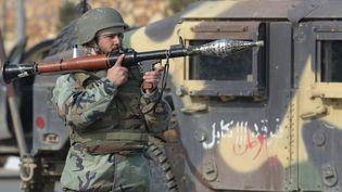 Un membre des forces de sécurité afghane, à Kaboul (Afghanistan), le 18 décembre 2017. (SHAH MARAI / AFP)