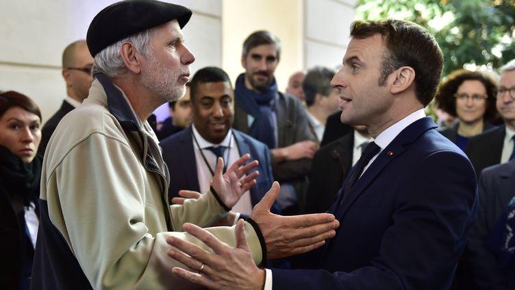 Un professeur s'en prend à Emmanuel Macron lors d'une visite à Pau, le 14 janvier 2020. (GEORGES GOBET / POOL / AFP POOL)