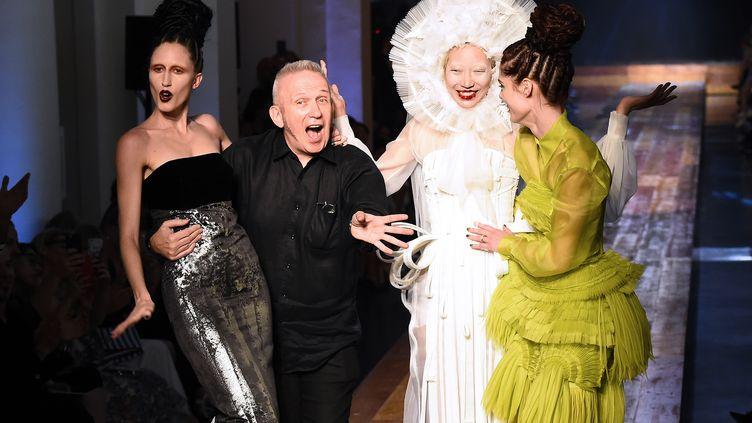 Jean Paul Gaultier présente sa collection automne-hiver 2016-2017 haute couture à Paris en 2016. (BERTRAND GUAY / AFP)
