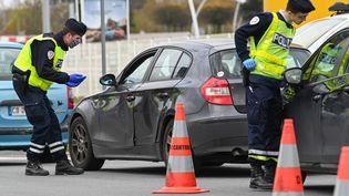 Des policiers français contrôlent les papiers d'automobilistes àFaches-Thumesnil, près de Lille (Nord), le 3 avril 2020. (DENIS CHARLET / AFP)