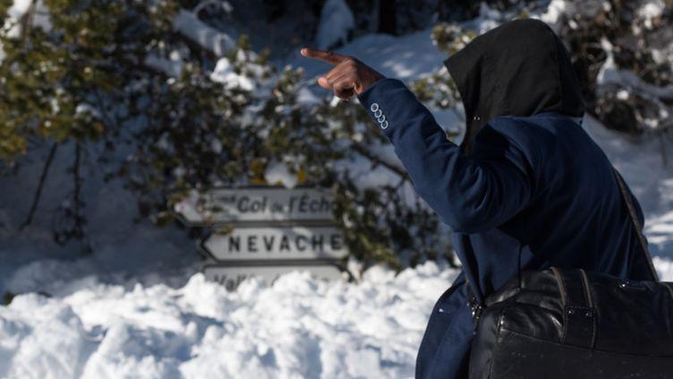 Un migrant en direction du col de l'Echelle (Hautes-Alpes), le 13 janvier 2018. (PIERO CRUCIATTI / AFP)