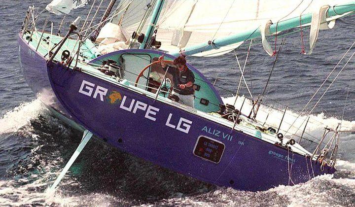 """Le skipper canadien Gerry Roufs à la barre de """"Groupe LG2"""", le 14 juin 1996 au large de Plymouth (Royaume-Uni). (MARCEL MOCHET / AFP)"""