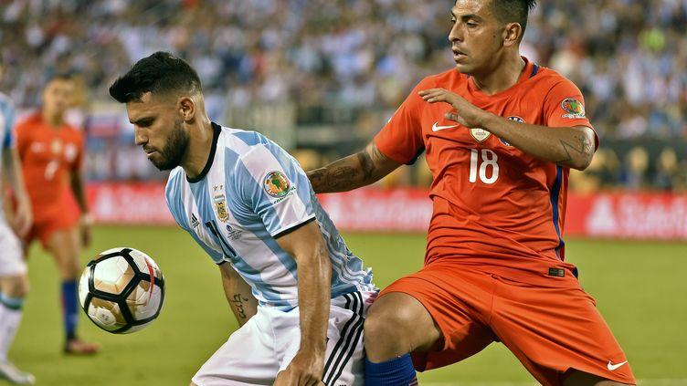 Sergio Agüero a eu toutes les peines à se défaire du marquage de Gonzalo Jara  (OMAR TORRES / AFP)