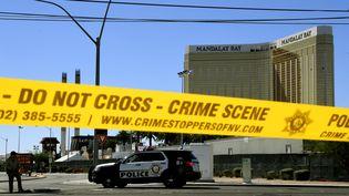 La scène de la fusillade devant l'hôtel Mandalay Bay à Las Vegas (Etats-Unis), le 2 octobre 2017. (MARK RALSTON / AFP)