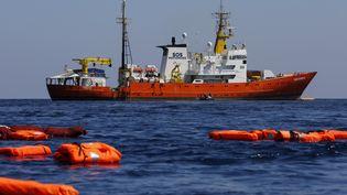 """L'""""Aquarius"""" pendant un exercice de sauvetage entre Lampedusa et la Tunisie, le 23 juin 2018. (PAU BARRENA / AFP)"""
