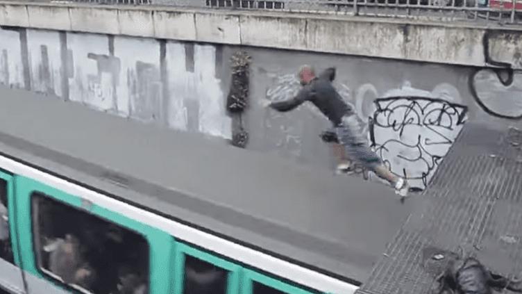 Imprimé écran de la vidéo Youtube de Mister Puma, sautant sur un métro en marche. ( YOUTUBE)