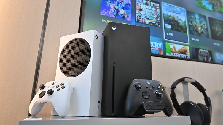 Les nouvellles consoles Xbox Series S (blanche) et Series X (noire) (le 10 novembre 2020) (JUNG YEON-JE / AFP)