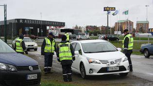 Un contrôle de police à la frontière entre la Suède et la Finlande, le 22 septembre 2015. (ANNE KAURANEN / AFP)