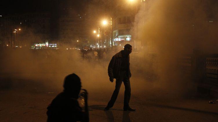 Des manifestants ont affronté la police près de la place Tahrir au Caire(Egypte), dans la nuit du 23 au 24 janvier 2013. (MOHAMMED ABED / AFP)