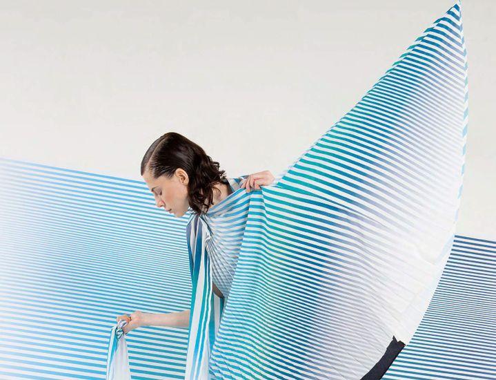Robe ample, plissée et imprimée avec les rayures de l'artiste Philippe Decrauzat pour la collection printemps-été 2016 de Christine Phung  (Christine Phung)