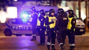 Des policiers ont été agressés par arme à feu sur les Champs-Elysées à Paris, le 20 avril 2017. (CHRISTIAN HARTMANN / REUTERS)