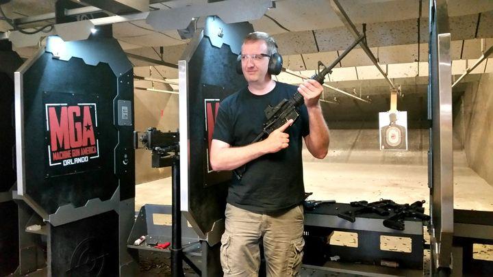 (Ryan, 41 ans, a reçu en cadeau de fête des pères une entrée au Machine Gun America © Radio France / Benjamin Illy)