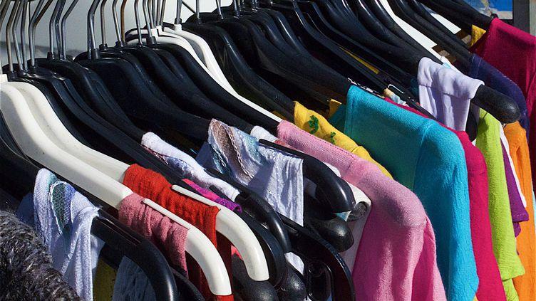 Les vêtements font partie des produits qui sont encore parfois détruits par les enseignes de vente, plutôt que donnés ou recyclés. (illustration) (PATRICK LEFEVRE / MAXPPP)