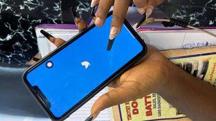 Ogechi Egemonu, entrepreneure basée à Lagos, ouvre le 10 juin 2021 l'application Twitter sur son portable. Le réseau social est suspendu au Nigeria. (SEUN SANNI / REUTERS)