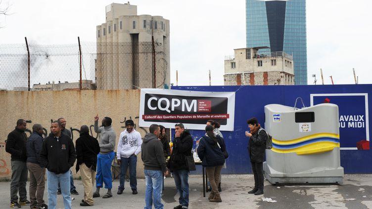 Des habitants de la cité Bellevue bloquent l'entrée d'un chantier immobilier de Nexity le 13 janvier 2014 à Marseille (ANNE-CHRISTINE POUJOULAT / AFP)