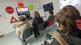 Des élèves révisent l'examen du Code de la route dans une auto-école à Moëlan-sur-Mer, dans le Finistère, le 26 février 2016. (MAXPPP)