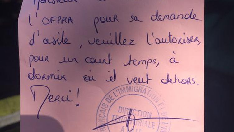 Un migrant centrafricain montre, le 8 juin 2015,un papier tamponné par l'Office de l'immigration et de l'intégration. Photo prise par Pascal Julien, conseiller EELV dans le 18e arrondissement de Paris. (PASCAL JULIEN / TWITTER)