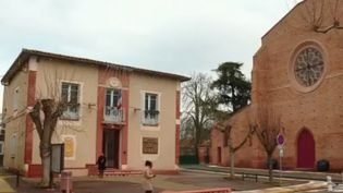 En Haute-Garonne, à Saint-Jory, le maire propose des bons d'achat ou une réduction d'impôts à tous les administrés. Une mesure qui ne passe pas auprès de l'opposition à trois mois des municipales. (France 2)