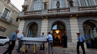 Des croque-morts arrivent au musée Dali pour emmener les échantillons prélevés sur la dépouille de l'artiste, le 20 juillet 2017, lors de son exhumation à Figueras. (LLUIS GENE / AFP)