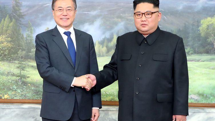 Les deux leaders coréens, Moon Jae-in etKim Jong-un, à Panmunjom, en Corée du Sud, le 26 mai 2018. (HANDOUT / DONG-A ILBO / AFP)