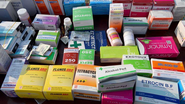 De faux médicaments qui vont être détruits au Cambodge, en mars 2019. (TANG CHHIN SOTHY / AFP)
