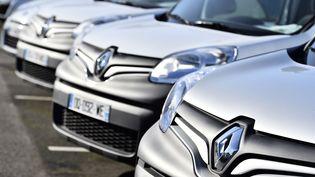 Des véhicules Renault, le 15 janvier 2016 à Saint-Herblain (Loire-Atlantique). (LOIC VENANCE / AFP)
